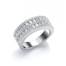 A STUNNING BAND RING WITH CUBIC ZIRCONIA